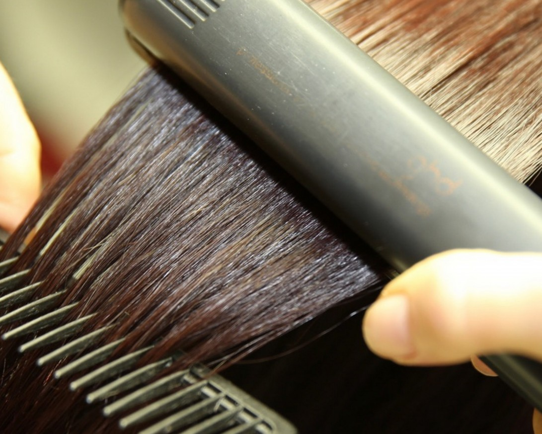 Изправяне на Средна коса с Преса или Сешоар
